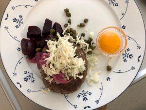 Pariserbøf-med-rå-æggeblomme-Hos-Ingeborg